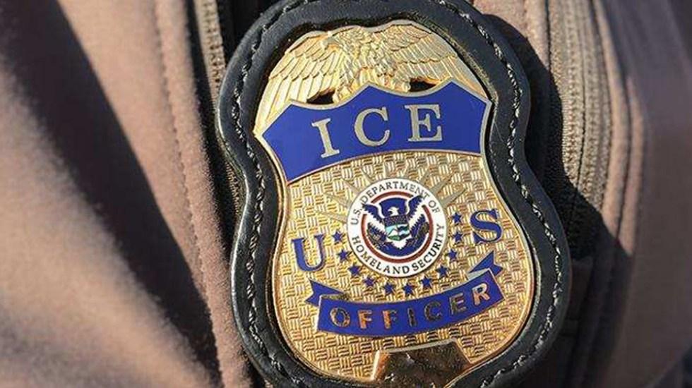SRE descarta casos de histerectomías forzadas a mexicanas en centros de detención en EE.UU.; continuará investigación - Placa de agente de ICE. Foto de @ICEgov