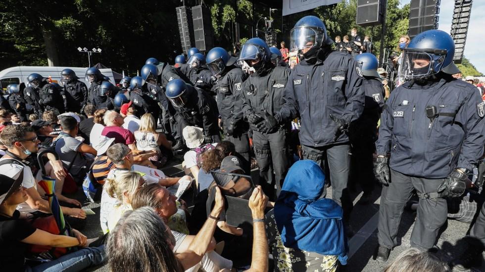 Manifestación en Berlín contra restricciones por COVID-19 deja 18 policías heridos - Policías en protesta contra medidas de restricción por el COVID-19 en Berlín. Foto de EFE