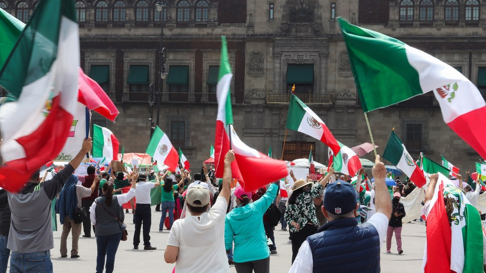No nos van a callar, por Max Kaiser - Protesta contra López Obrador en el Zócalo capitalino. Foto de EFE