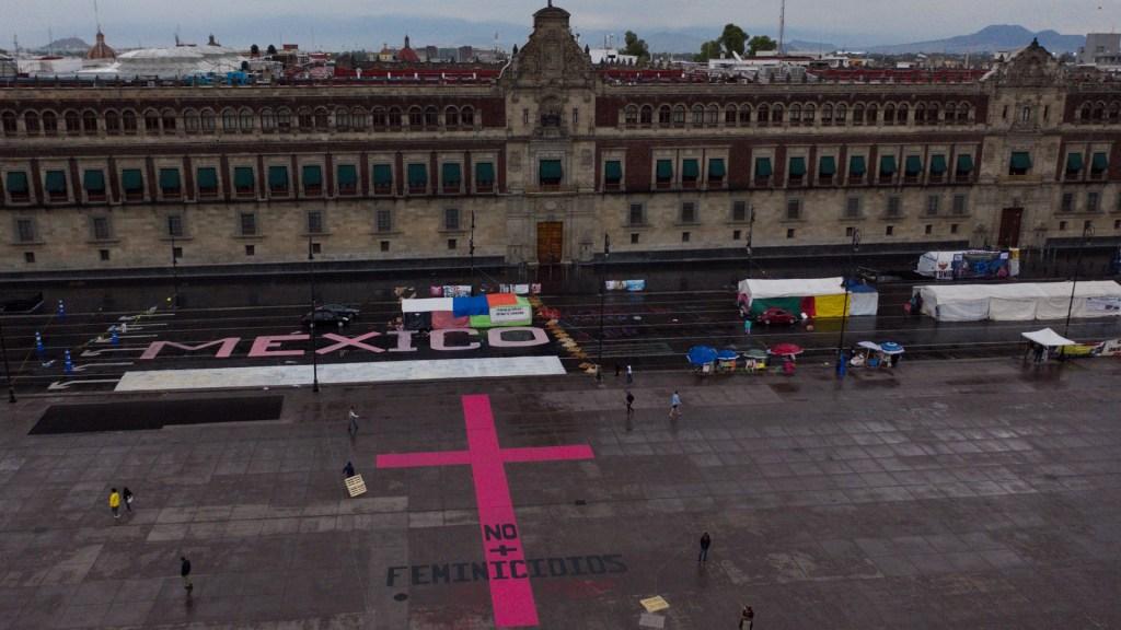 Caso Salgado Macedonio aviva enfrentamiento entre López Obrador y feministas: The Guardian - Madres de victimas de feminicidios protestan en la explanada del Zócalo de Ciudad de México, ante la falta de atención de las autoridades correspondientes por los feminicidios cometidos hacia sus hijas. Foto de EFE