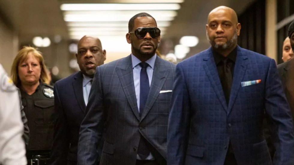 Presentan cargos contra tres hombres acusados de amenazar e intimidar a víctimas de R. Kelly - Foto de The Sun-Times Chicago