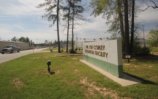 Murió por COVID-19 hondureño bajo custodia de ICE - Vista del exterior del Centro de Detención Joe Corley ubicado en la ciudad de Conroe (al norte de Houston). Foto de EFE/Alicia Pérez/Archivo.