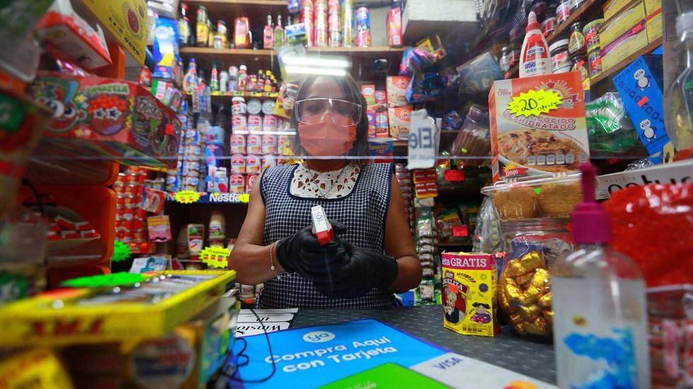Aumentó a 55.2 millones la población con trabajo en segundo trimestre de 2021 - Dependienta de tienda de abarrotes en la Ciudad de México. Foto de Notimex / Archivo
