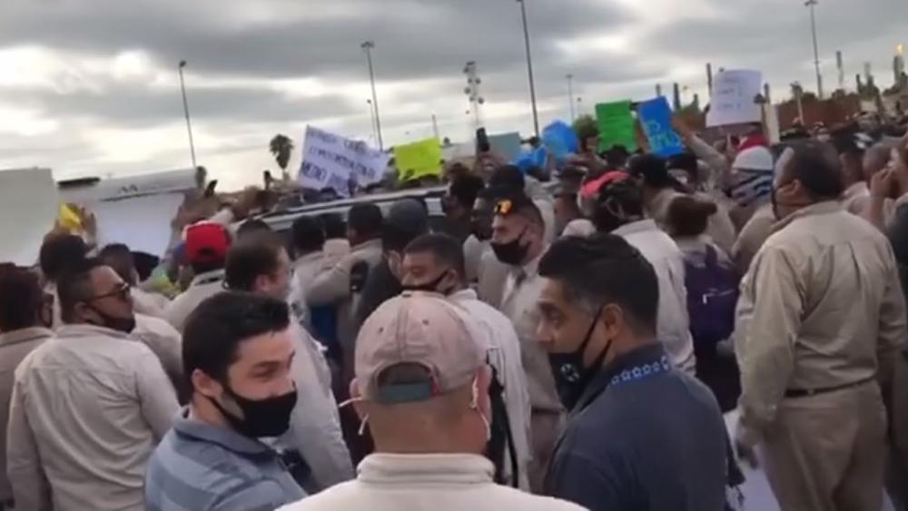 #Video Abuchean al senador Samuel García en clausura simbólica de refinería de Cadereyta - Trabajadores de Pemex abuchean al senador Samuel García a su llegada a la refinería de Cadereyta. Captura de pantalla