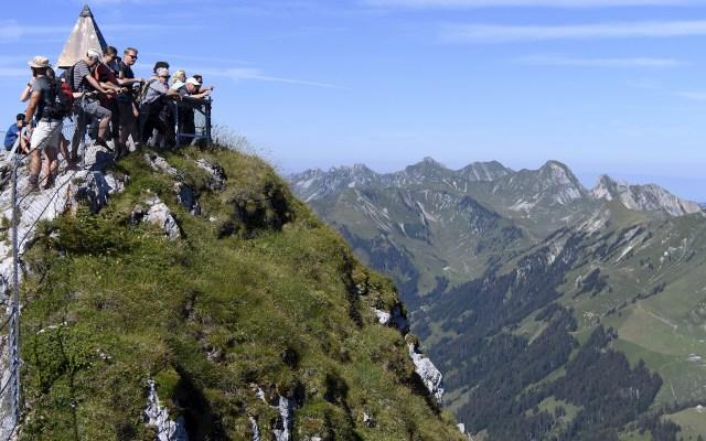 Turistas en el monte Stockhorn - Turistas disfrutan de una día soleado de verano en el monte Stockhorn, en los Alpes de Berna, Suiza. Foto de EFE/ANEX ANTHONY.