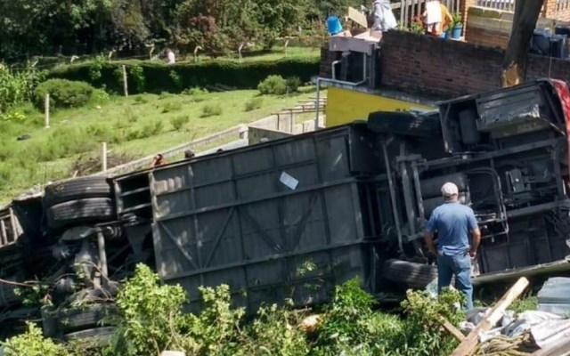 Volcadura de camión en Edomex deja al menos dos muertos y 28 heridos - Volcadura Isidro Fabela accidente