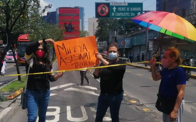 Exigen activistas a la FGR investigar asesinatos de miembros de la comunidad LGBT - Activistas se manifiestan contra asesinatos de miembros de la comunidad LGBT. Foto de Luis Barrera / La Prensa