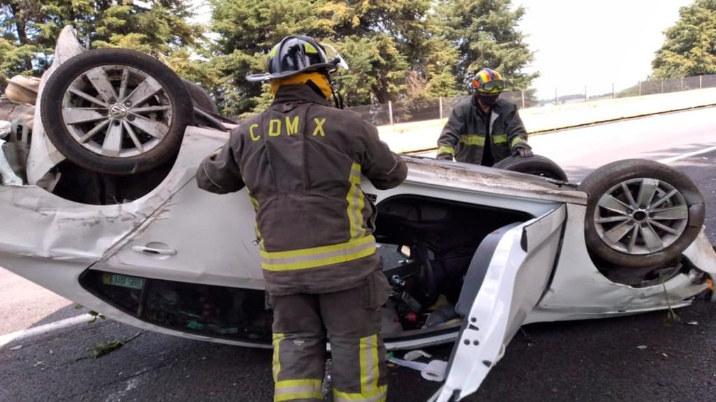 Vuelca auto sobre la México-Cuernavaca; conductor se da a la fuga - Este domingo ocurrió un accidente carretero en la México-Cuernavaca. Foto @Bomberos_CDMX