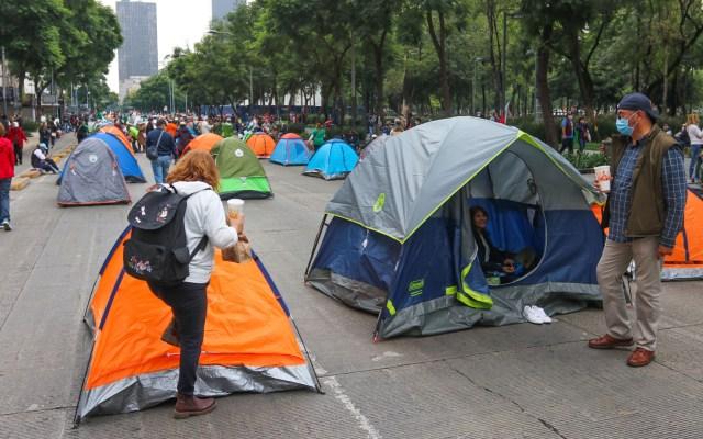 Si FRENAAA quiere que me vaya, deberán esperar a revocación de mandato: AMLO - Casas de campaña de manifestantes de FRENAAA contra López Obrador en la CDMX. Foto de EFE