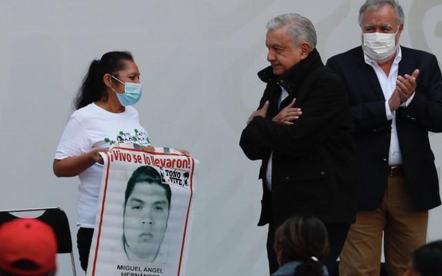 Caso Ayotzinapa, a 6 años: Gobierno asegura que hay avances en la investigación. Madres y padres exigen compromiso y recuerdan a López Obrador que aún faltan 43 - Reunión de López Obrador con padres de los 43 normalistas. Foto de EFE