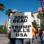 EE.UU. supera las 200 mil muertes por COVID-19 - Un manifestante sostiene un cartel durante una manifestación en Los Ángeles, California, contra el presidente Donald Trump. Estados Unidos casi alcanza los 200 mil muertos por la pandemia de COVID-19. Foto Agencia EFE