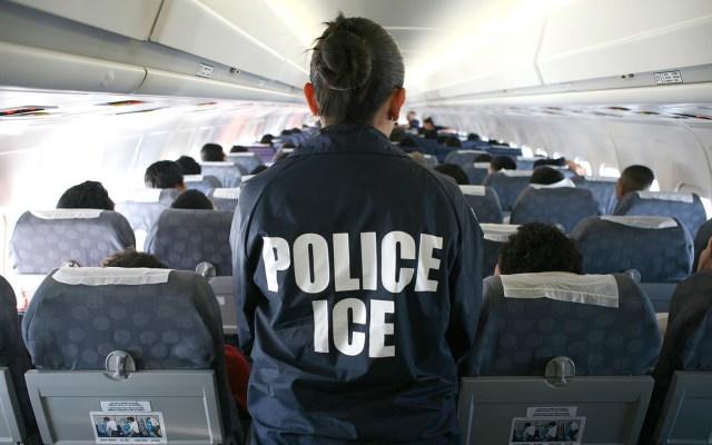 Joe Biden suspende las deportaciones durante 100 días - Deportación de migrantes por parte de ICE. Foto de ICEgov