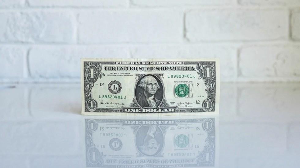 Peso sufre su caída más importante frente al dólar desde junio; dólar cierra en 22.39 pesos - Foto de NeONBRAND @neonbrand