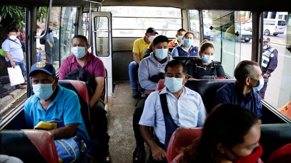 Casos de COVID-19 a nivel mundial se elevan a 25.3 millones - Personas viajan en un bus de transporte público en San Salvador, El Salvador. Foto de EFE