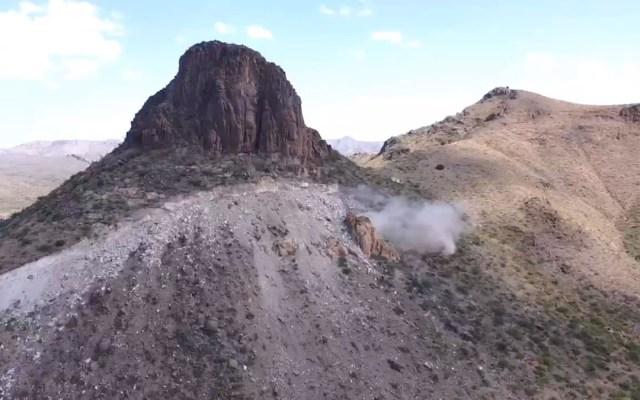 #Video Dinamitan cañón de Guadalupe en EE.UU. para construir muro fronterizo - Explosión de dinamita en cañón de Guadalupe, Arizona, para construcción del muro fronterizo con México. Captura de pantalla / @iamKurc