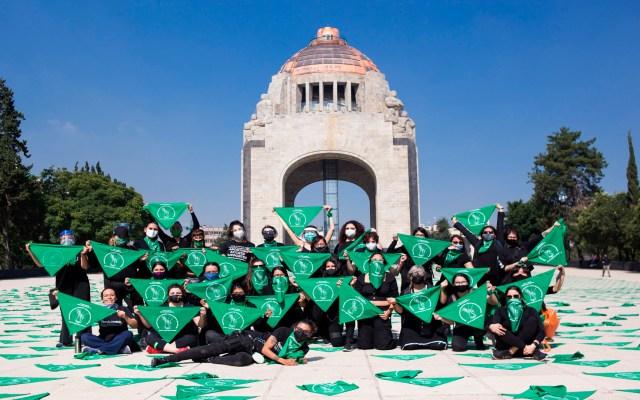 Feministas realizarán marchas por aborto legal y seguro en CDMX - Integrantes del colectivo feminista Marea Verde en el Monumento a la Revolución marchas