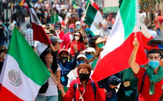 Pide AMLO a sus simpatizantes que no molesten campamento de FRENAAA en el Zócalo - Foto de EFE