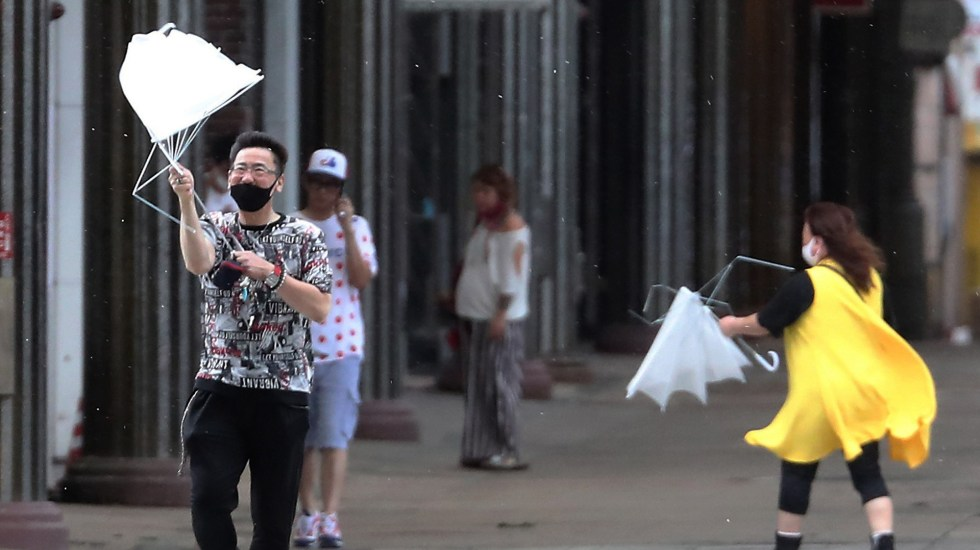 Desalojan a más de 5 millones de personas en Japón por el tifón Haishen - Fuertes vientos en la prefectura de Kagoshima, Japón, ante la llegada del tifón Haishen. Foto de EFE