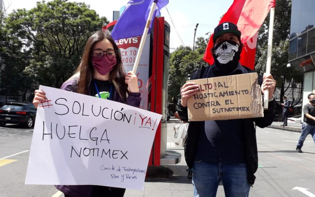 Pide sindicato de Notimex intervención de López Obrador para resolver huelga - Integrantes del SUTNotimex durante manifestación afuera de las oficinas de la agencia de noticias. Foto de @sutnotimex