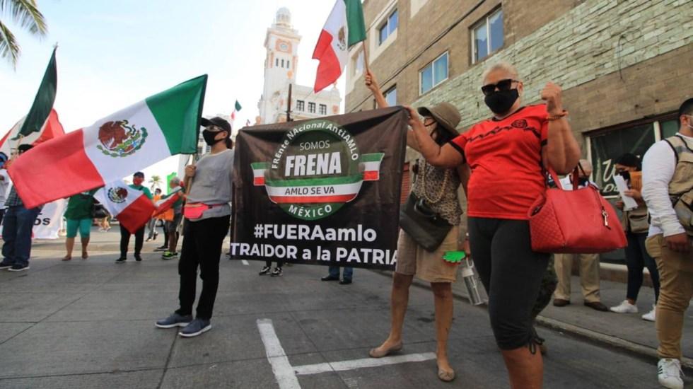 Se manifiesta FRENAAA en Veracruz durante visita de López Obrador - Manifestantes de FRENAAA afuera del hotel en el que se hospeda AMLO en Veracruz. Foto de InfoVeracruz