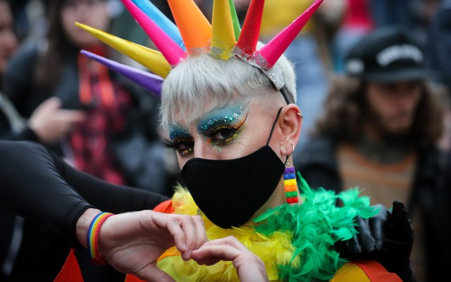 Marcha del orgullo LGBTI en Uruguay - Los colores del orgullo LGBTI y los cantos de lucha tomaron una de las avenidas de Montevideo, en una nueva marcha por la diversidad uruguaya que apostó al uso de cubrebocas y no vio reducida su masiva concurrencia por la pandemia. Foto de EFE