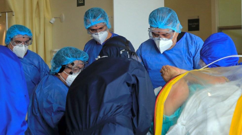 Prioridad del Presupuesto 2021 es atención de la pandemia, afirma Arturo Herrera - Médicos del IMSS en atención de paciente de COVID-19. Foto de IMSS