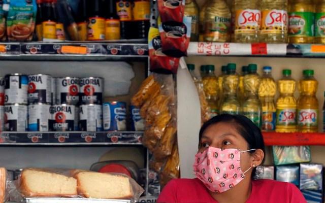 Mujeres tienen 50 por ciento más probabilidades de perder su empleo por epidemia, advierte Segob - Una mujer atiende una bodega en Lima (Perú). EFE/Paolo Aguilar/Archivo