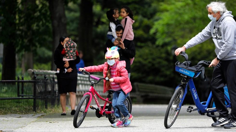 El mundo volvería a la normalidad tras pandemia hasta finales de 2021, estima Anthony Fauci - Niño disfruta de una salida al parque en Estados Unidos. Foto de EFE