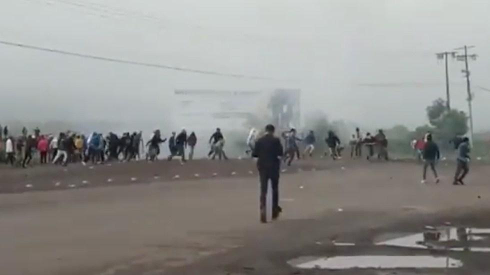 Se enfrentan policías de Michoacán y normalistas de Tiripetío; hay ocho oficiales heridos - Foto de @SntesisdeMicho1
