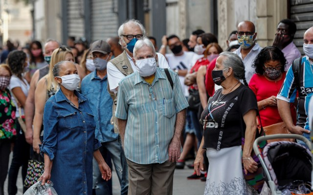 Brasil teme un repunte de la pandemia sin haber dejado atrás la primera ola - Personas en Brasil con cubrebocas para evitar el COVID-19. Foto de EFE