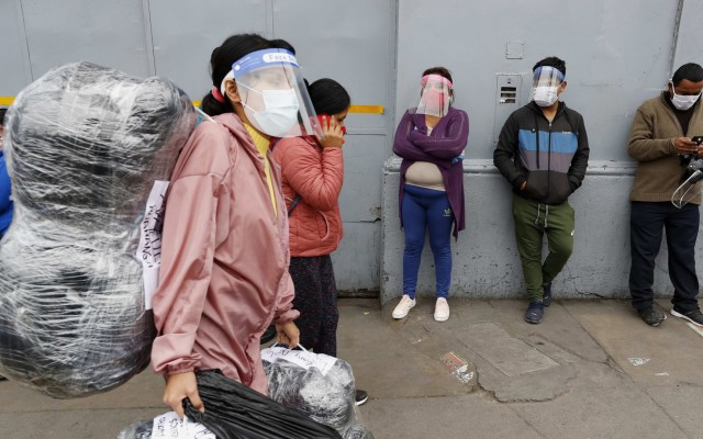 Caretas, sin evidencia científica para prevenir el COVID-19 - Personas usando caretas contra el COVID-19. Foto de EFE