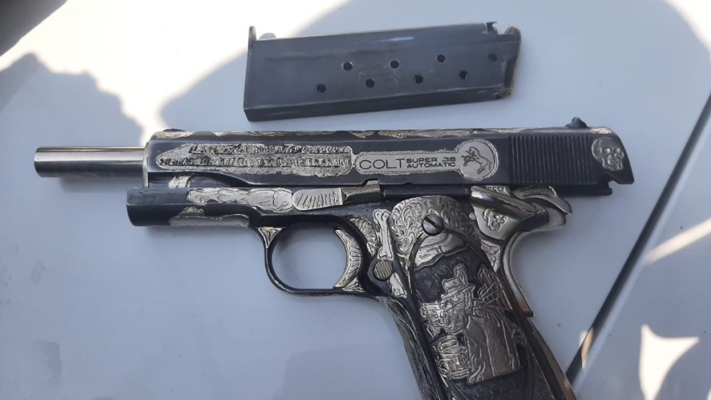 Asesinan en Iztapalapa a líder de comerciantes y tianguistas - Pistola con la que presuntamente asesinaron a dirigente de comerciantes en Iztapalapa. Foto de @Delta25MX