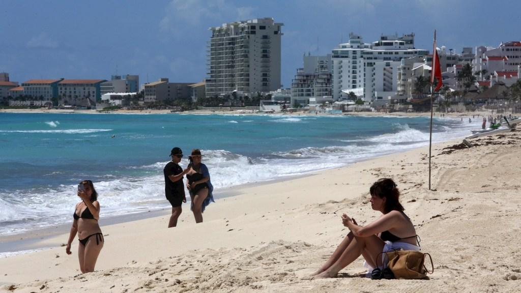 Turistas regresan a playas de Cancún ante reducción de riesgo por COVID-19 - Playa Cancún Quintana Roo reapertura