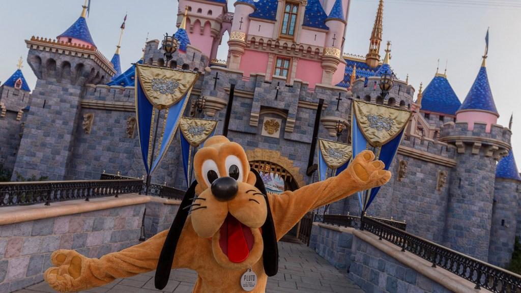 Despedirán a 28 mil empleados de parques de Disney por crisis de COVID-19 - Pluto a la entrada de un parque de Disney. Foto de @Disneyland