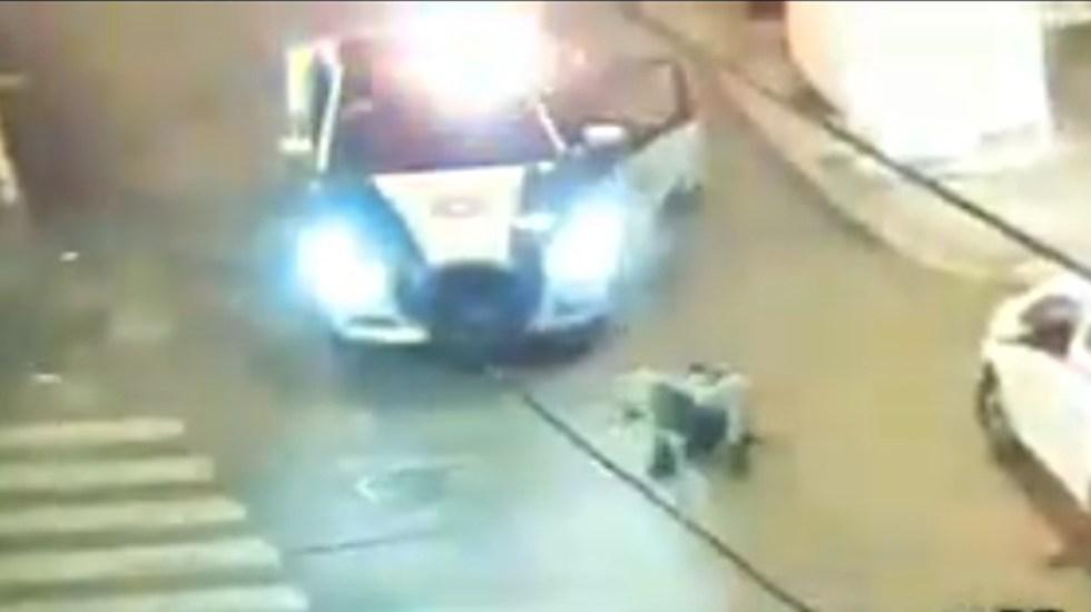 #Video Sujeto asalta a hombre en la CDMX; termina arrollado - Policía embiste a asaltante y lo detiene en la Ciudad de México. Captura de pantalla