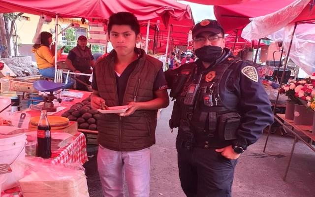 #Fotos Policías frustran suicidio de adolescente; después lo invitan a desayunar - Policías salvan a joven de suicidio. Foto @c4jimenez
