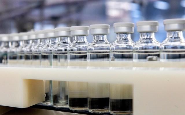 Piden a farmacéuticas revelar cuánto cuesta producir las vacunas antiCOVID - Producción de vacuna. Foto de EFE