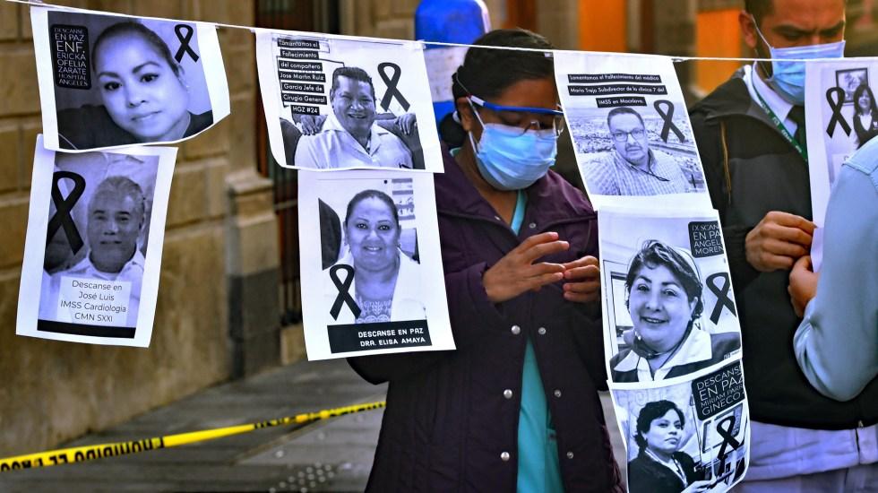 Proyecta IHME casi 139 mil muertes por COVID-19 en México para fin de año - Protesta por médicos muertos por COVID-19 en México. Foto de EFE / Archivo