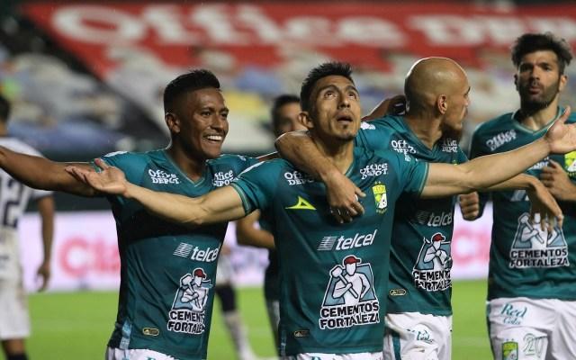 Pumas pierde el invicto en el Guardianes 2020 ante León - Ángel Mena del León, celebra tras anotar un gol ante Pumas, durante el juego correspondiente a la jornada 11 del torneo Guardianes 2020 del fútbol mexicano, en la ciudad de León. Foto EFE