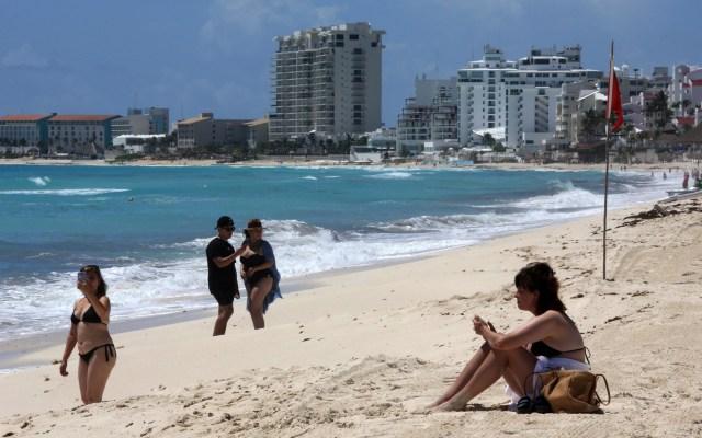 México perderá 20 millones de turistas y 13 mil 400 millones de dólares este 2020, estima Torruco - Turistas y quinceañeras aprovechan la reapertura de playas en Cancún. Las playas y espacios públicos de Quintana Roo reabrieron tras reducirse el riesgo de contagio de coronavirus. Foto de EFE