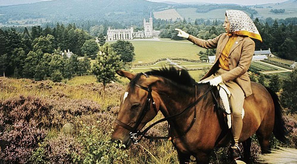 """Mueren por """"enfermedad devastadora"""" cinco ponis de la Reina Isabel II en finca de Escocia - La Reina Isabel II montando a caballo y mirando a Balmoral en el año de 1971. Foto Lichfield Getty Images"""