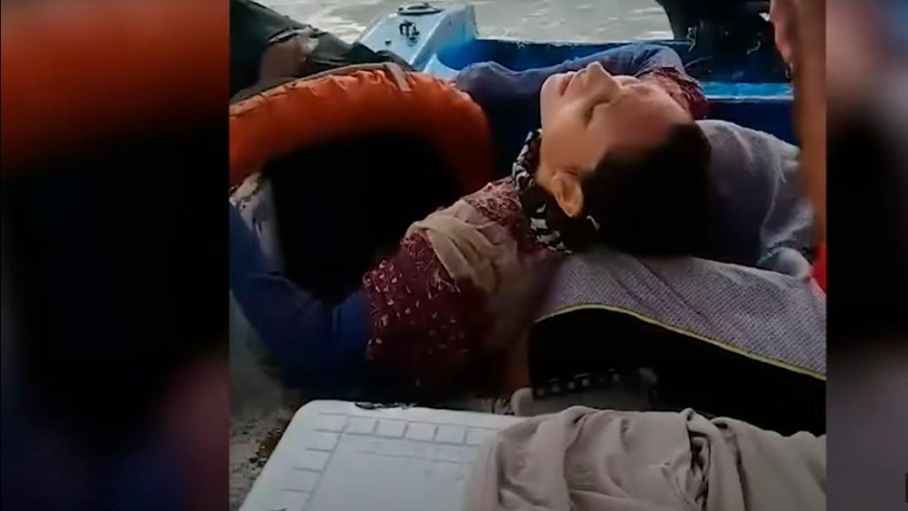 #Video Por dos años nadie supo de una mujer en Colombia; la encontraron viva en medio del mar - El momento que Angélica Gaitán es salvada por pescadores. Foto captura de pantalla