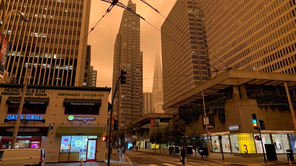 Cielo de San Francisco se tiñe de naranja por acumulación de humo y niebla - San Francisco humo niebla naranja incendios