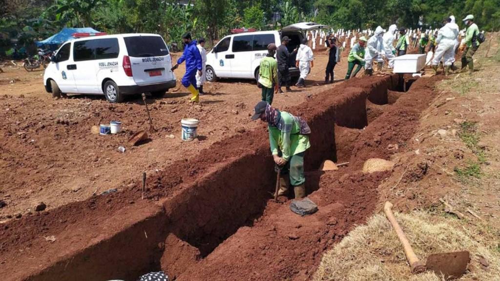 Obligan en Indonesia a quienes no usan cubrebocas a cavar tumbas para víctimas de COVID-19 - Sepultureros del cementerio Pondok Ranggon, en el este de Yakarta. Foto de JP