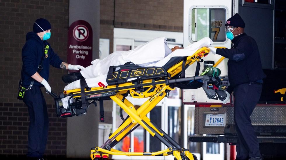 Rebasa EE.UU. las 197 mil muertes por COVID-19; suma 6.67 millones de casos - Traslado a hospital en EE.UU. de paciente con COVID-19. Foto de EFE