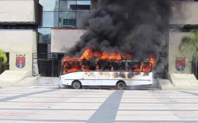 #Video Presuntos normalistas incendian camión frente a Palacio de Gobierno estatal en Tuxtla Gutiérrez - Tuxtla Gutiérrez Chiapas protestas incendio