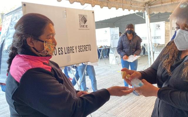 Elecciones en Coahuila e Hidalgo garantizan protección contra COVID-19 - Aplicación de gel antibacterial durante elecciones en Hidalgo. Foto de INE