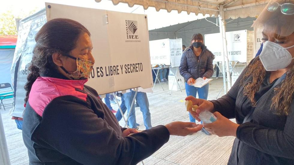 Concluye jornada electoral en Hidalgo; falla sistema de resultados preliminares - Aplicación de gel antibacterial durante elecciones en Hidalgo. Foto de INE