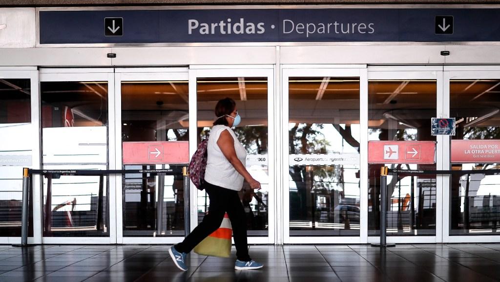 Argentina abrirá las fronteras aéreas y marítimas a países vecinos para el turismo. Noticias en tiempo real
