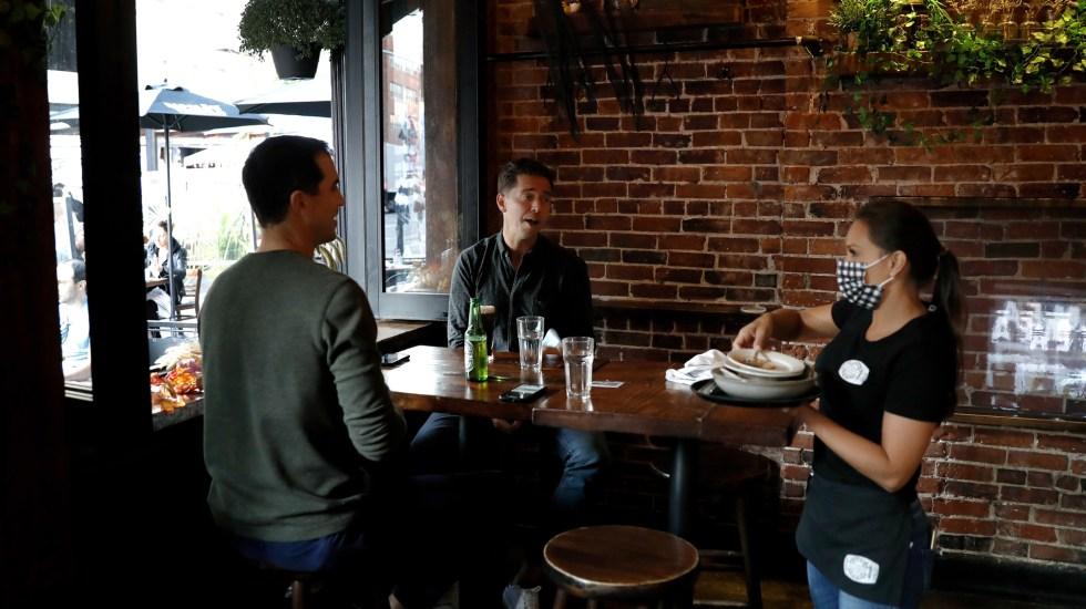 La mitad de los restaurantes de Nueva York podría cerrar por pandemia de COVID-19 - Atención de comensales en restaurante de Nueva York. Foto de EFE